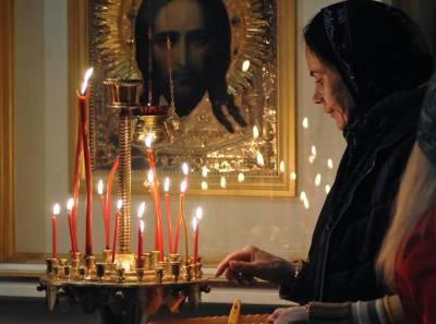 В петербургском Троицком соборе священнослужители тушили мужчину