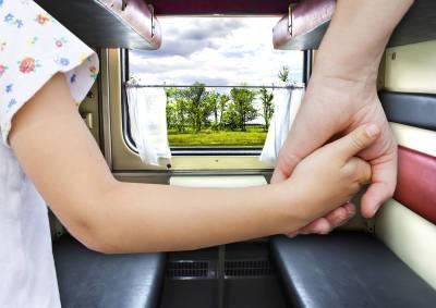 Детский омбудсмен объяснила, как купить льготные билеты на семейные поездки в купе