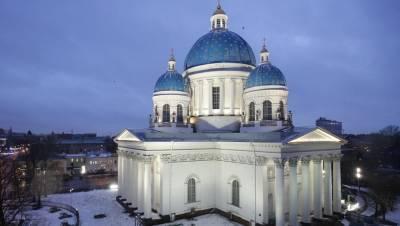 Вспыхнувший в петербургском соборе мужчина попал в больницу с обгоревшим лицом