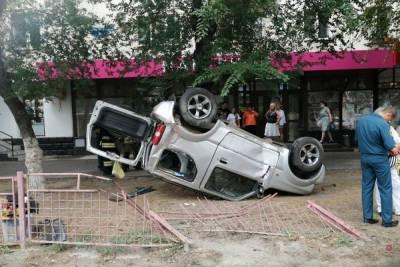 В Волгограде 68-летняя автоледи снесла забор на оживленной улице