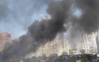 Масштабный пожар в Киеве, загорелись МАФы: фото и детали с места ЧП