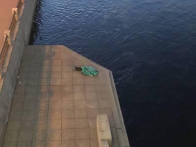 Тело мужчины на берегу Невы в Петербурге лежит уже 12 часов под присмотром двух полицейских