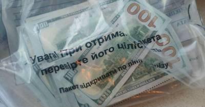 В Киеве задержали мужчину, который обменял $28 тысяч на сувенирные купюры (ФОТО, ВИДЕО)