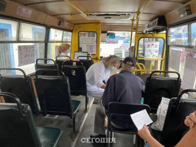 В Киеве открыли пункт вакцинации от коронавируса в автобусе. Фото