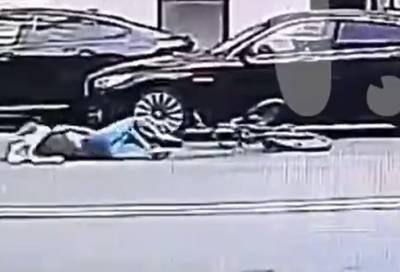 Велосипедистки разбились о двери машин на одном месте с разницей в 5 минут в Петербурге – видео