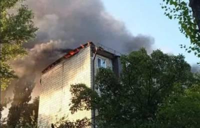 В Киеве загорелась крыша жилого дома: подробности ЧП