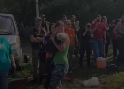 Появилось видео с найденной в лесу под Смоленском девочкой