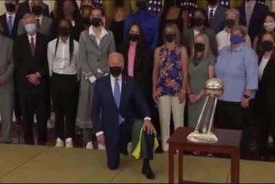 Байден преклонил колено на встрече со спортсменками