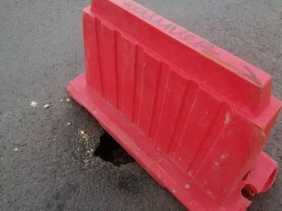 В Челябинске провалился асфальт на дороге, отремонтированной два года назад
