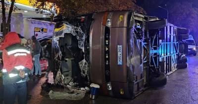 В Киеве перевернулся пассажирский автобус из Кишинева (фото, видео)