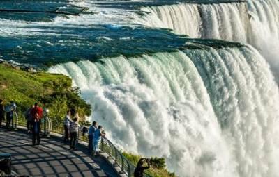 В Канаде в честь Дня Независимости подсветили Ниагарский водопад цветами украинского флага. ФОТО