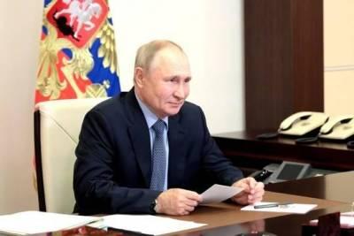 Путин поддержал идею каждое утро поднимать в школах российский флаг