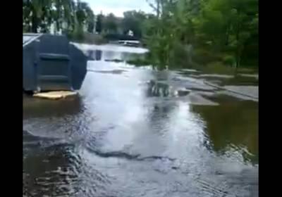 Видео: в Колпинском районе Петербурга прорвало старую плотину