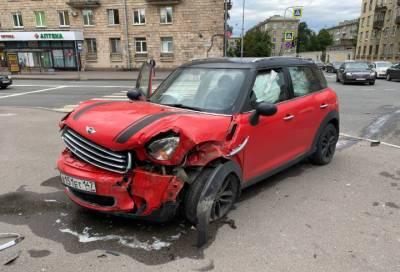 В Кировском районе Петербурга часть иномарки смяло в результате столкновения с другой машиной