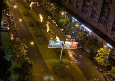 Автомобиль превращается в лодку: в Санкт-Петербурге затопило несколько улиц — фото и видео