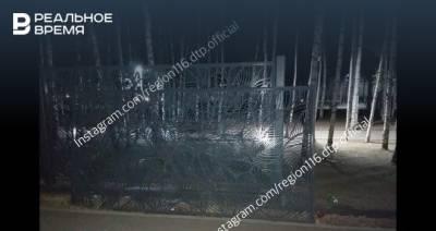 В соцсетях сообщили, что в парке «Здоровье» в Альметьевске на ребенка упал забор