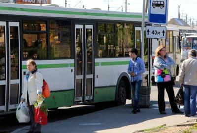 В Невском районе прорыв трубы изменил маршруты автобусов