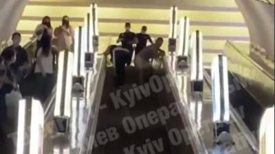 """В киевском метро пассажиры устроили эпичную драку, видео: """"Один бросил другого через себя"""""""