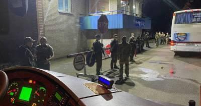 СБУ заблокировала автобусы Нацкорпуса, которые направлялись в Киев (ВИДЕО)