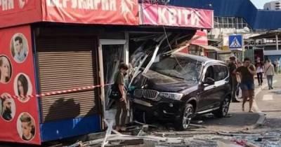 В Киеве девушка на BMW снесла два киоска (фото, видео)