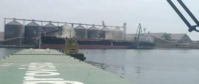 Самая большая баржа Украины начала доставлять зерно в порт Пивденный