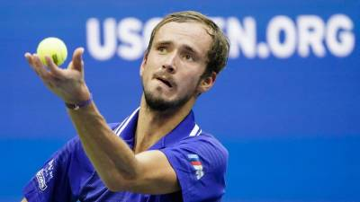 Медведев передал в Зал теннисной славы свою ракетку