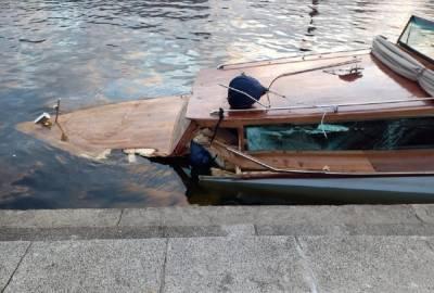В Петербурге три человека попали в больницу после столкновения катера с мостом