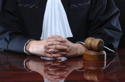 Суд Петербурга прекратил уголовное преследование напавшего на машину мужчины
