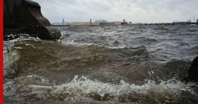 В Петербурге растет уровень воды из-за штормового ветра