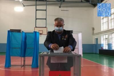 Ополченец Ахмед Саламов стал первым проголосовавшим на выборах в Кизляре