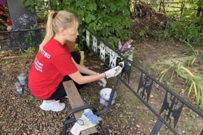 Смоленские волонтеры помогли привести в порядок могилу ветерана