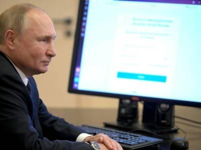 Кремль показал, как Путин онлайн голосовал на выборах в Госдуму. На видео он садится за стол и два раза щелкает по клавиатуре
