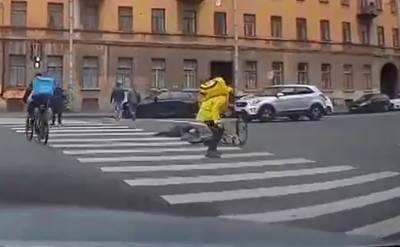 Курьер на велосипеде сбил пожилую женщину на пешеходном переходе в Петербурге – видео