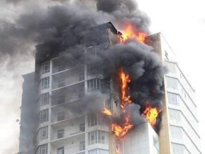Три человека погибли при пожаре в многоэтажке в России