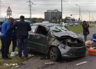На севере Петербурга перевернулся автомобиль