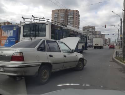 На юге Петербурга легковой автомобиль врезался в троллейбус