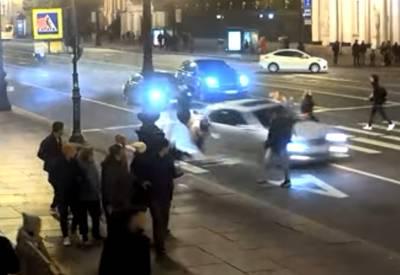 Момент жуткой аварии в Петербурге, где сбили двух девушек, попал на видео