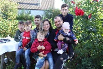 Муж – белорус, жена – татарка. Семья из Лидского района воспитывает шестерых детей – пятерых сыновей и дочку