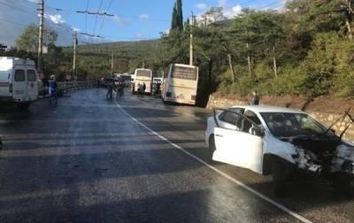 Два человека погибли и двое пострадали в ДТП с рейсовым автобусом в Крыму