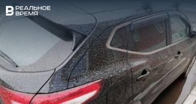 В Минэкологии Татарстана прокомментировали ситуацию с белым налетом на машинах после дождя