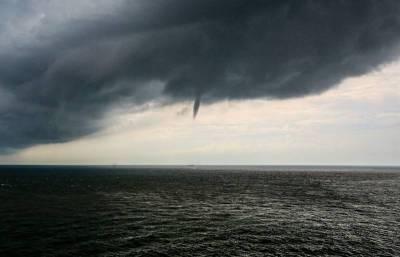 Очевидцы сняли на видео огромный смерч в Чёрном море