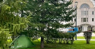 Неизвестные установили палатку в центре Москвы и рассмешили россиян