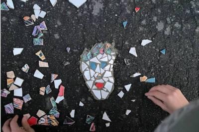Жители центра Петербурга создали мозаики в ямах на дороге