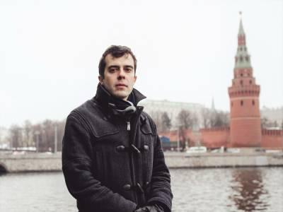 ФСБ России ищет главреда издания The Insider, которое расследовало дело MH17 и отравление Навального. У его родителей провели обыски